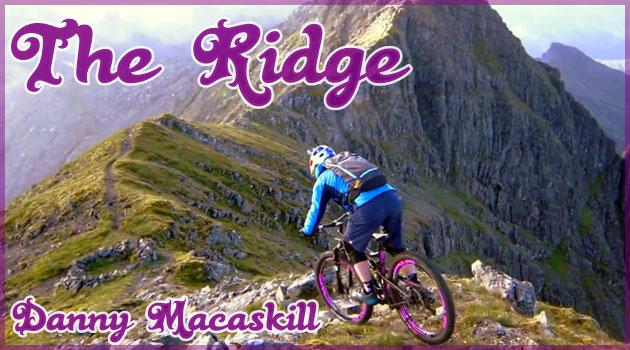 素晴らしいテクニックでスコットランドの山岳を登るプロライダー