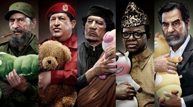 ぬいぐるみを抱きしめる悪名高き独裁者の奇妙な肖像写真