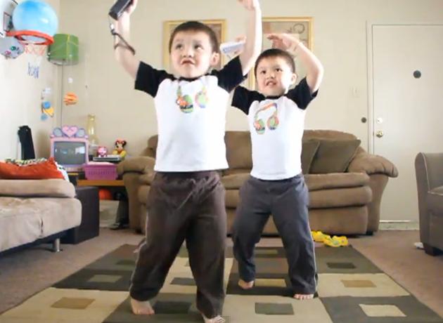 JUST DANCE Wiiでノリノリに踊る双子のちびっ子兄弟