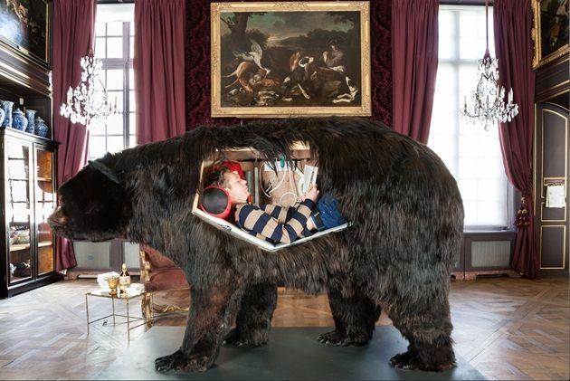2週間クマの胃の中で生活している男!奇妙なパフォーマンスアート