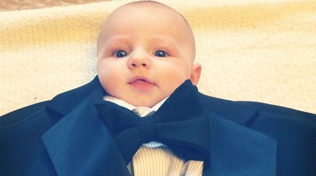 大人用のスーツやユニフォームに赤ちゃんを設置!小さな紳士!