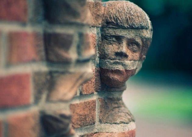 人間が同化してる!?世界で数少ないレンガ彫刻アーティストの作品!