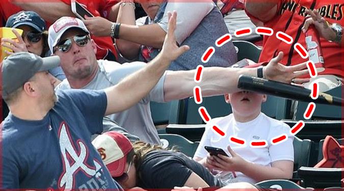 野球の観戦中に客席に飛んできたバットから息子の顔を守る父親!