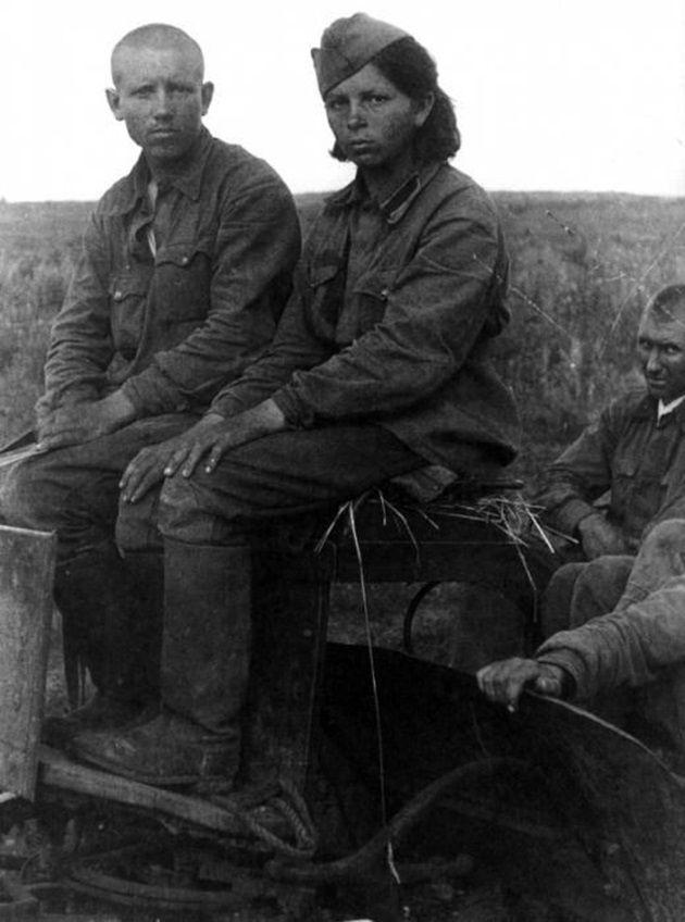 1367917812_sovetskaya-devushka-ryadovoy-sredi-voennoplennyh