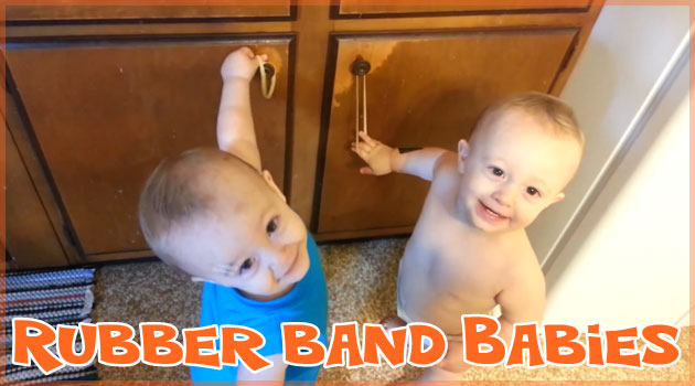 些細なことだけど笑顔いっぱい!ゴムバンドで遊ぶ二人の赤ちゃん