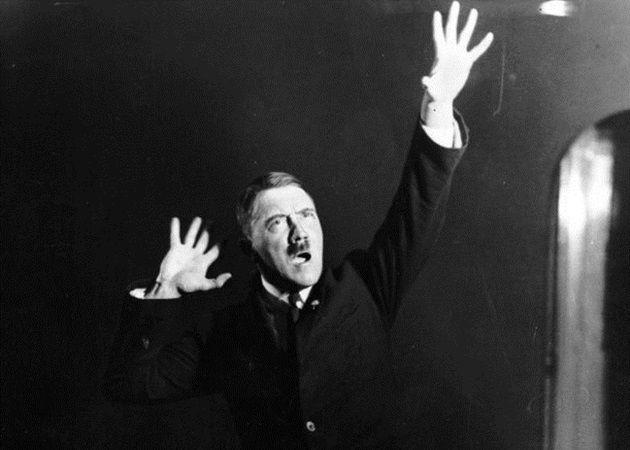 演説のためのポーズを入念に練習しているヒトラー!15枚の写真