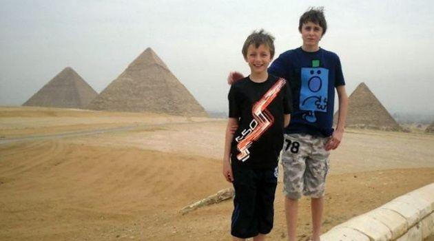 エジプト滞在中にヘナタトゥーによりやけど負った兄弟