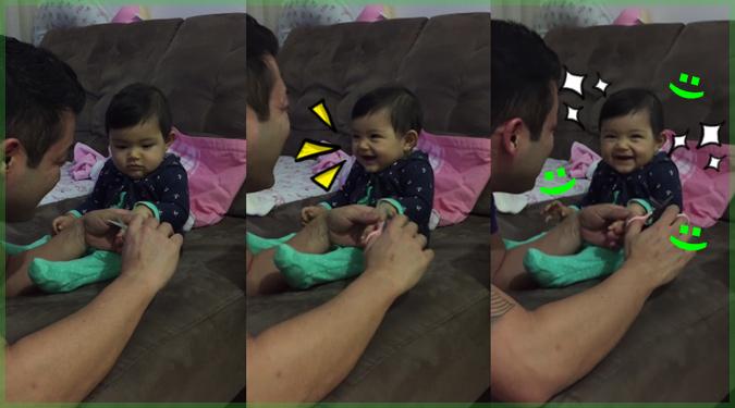娘の爪を切ろうとするお父さんにお茶目なイタズラをする娘さん